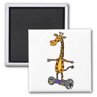 Lustige Giraffe auf motorisierter Skateboard-Kunst Quadratischer Magnet