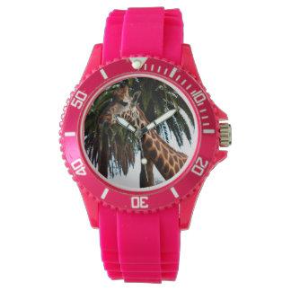 Lustige Giraffe, die eine Himbeere gibt, Uhr