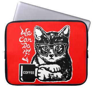 Lustige Katze motiviert durch Kaffee Laptop Sleeve