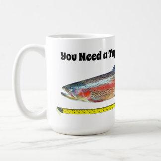 Lustige Regenbogenforelle und Maßband Kaffeetasse