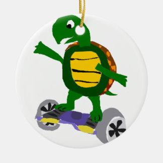 Lustige Schildkröte auf Hoverboard Vorlagen-Kunst Keramik Ornament