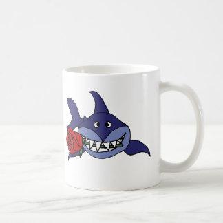 Lustiger grinsender Haifisch mit Rose Kaffeetasse