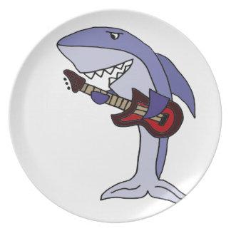 Lustiger Haifisch, der rote Gitarre spielt Teller