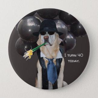 Lustiger Hund über dem Hügel-Geburtstags-Button Runder Button 10,2 Cm