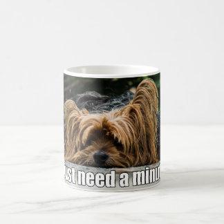 Lustiger Hundegerade Bedarf ein Minute Kaffeetasse
