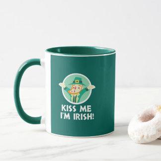 Lustiger Kobold küssen mich, den ich irischer Tasse