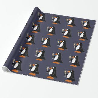 Lustiger Pinguin mit Champagne Geschenkpapier