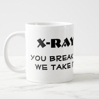 """Lustiger """" Röntgenstrahl. Sie brechen ihn, nehmen Jumbo-Tasse"""