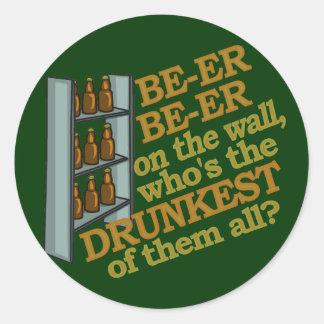 Lustiges Bier auf der Wand Runder Aufkleber