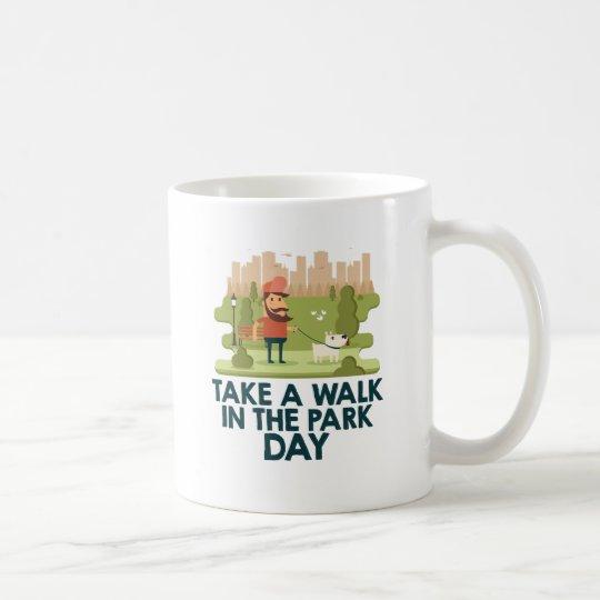 Machen Sie einen Spaziergang am Park-Tag Tasse