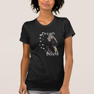 Madame avec le T-shirt de chat noir