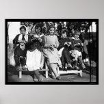 Mädchen, die in Albanien 1923 stricken Poster