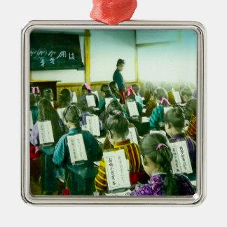 Mädchen schulen in altem Vintagem Klassenzimmer Quadratisches Silberfarbenes Ornament