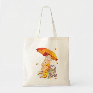 Mädchen und Teddy-Bär in der Regen-Taschen-Tasche Tragetasche