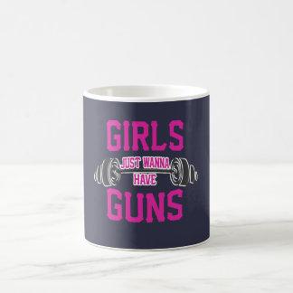 Mädchen wollen gerade, um Gewehre zu haben Kaffeetasse