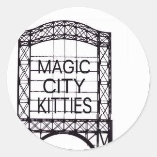 Magischer Stadt-Kätzchen-Aufkleber Runder Aufkleber