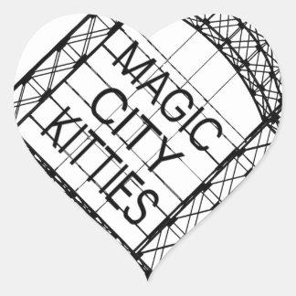 Magisches Stadt-Kätzchen Herz-Aufkleber