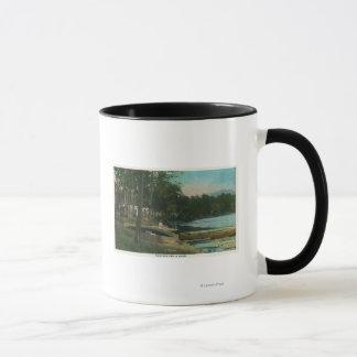 MaineView einer Frau auf einem Kanu durch das Ufer Tasse
