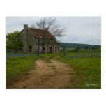 Maison de ferme du Texas avec des bluebonnets Carte Postale