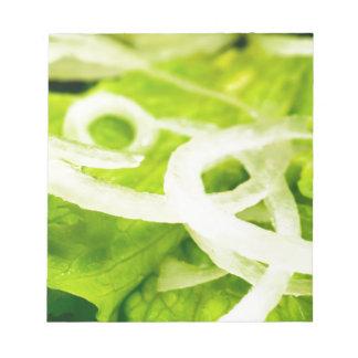 Makroansicht des Blätter des Kopfsalat- und Notizblock