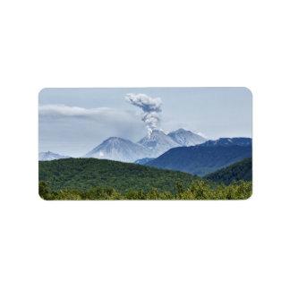 Malerische Vulkaneruption und grüner Wald Adressetiketten