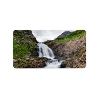 Malerischer Wasserfall im Gebirgsfluß Adressetiketten