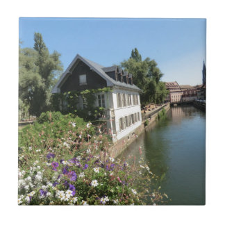 Malerisches Haus mit Blumen und Kanälen, Kleine Quadratische Fliese