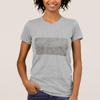 Mama auf der ein Sonnenbad nehmenden T-Shirt