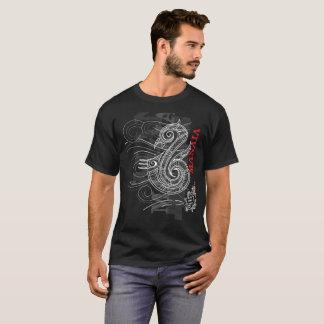Manaia - Wächter (rotes Schreiben) T-Shirt