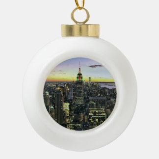 Manhattan New York nachts Keramik Kugel-Ornament