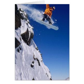 Mann auf einem Snowboard, der weg von einem Gesims Karte