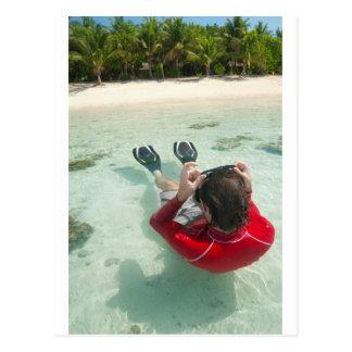 Mann, der im seichten Wasser schnorchelt Postkarte