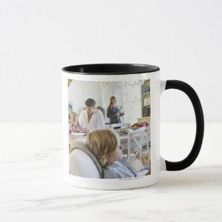 Mann, der kleinen Jungen während Tasse