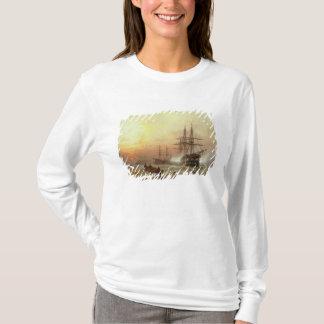 Mann-o' Krieg, der einen Gruß am Sonnenuntergang T-Shirt