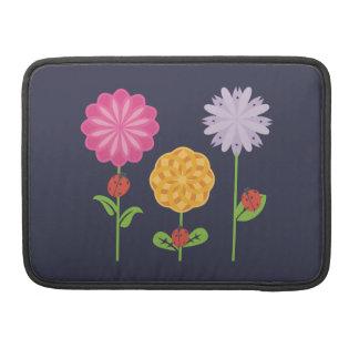 Marienkäfer in einem Blumen-Garten Sleeve Für MacBook Pro