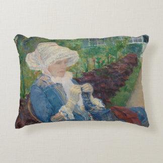 Mary Cassat- Lydia, der im Garten häkelt Deko Kissen