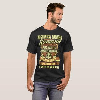 Maschinenbauingenieur übergibt T-Shirt