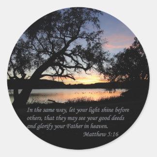 Matthew-5:16 ließ Ihren hellen Shine… Runder Aufkleber