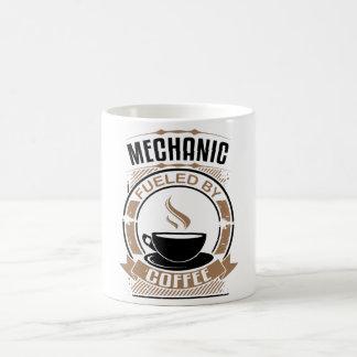 Mechaniker getankt durch Kaffee Kaffeetasse