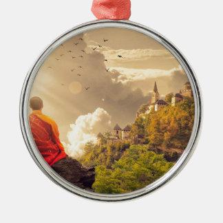 Meditierender Mönch vor großem Tempel Silbernes Ornament