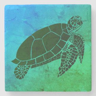 Meeresschildkröte auf blauem und grünem steinuntersetzer