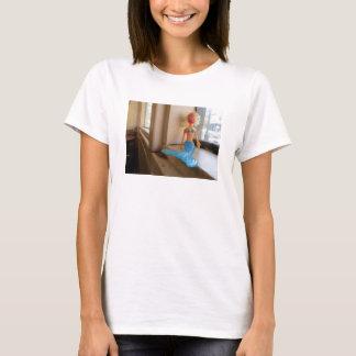 Meerjungfrau auf einem Windowsill T-Shirt