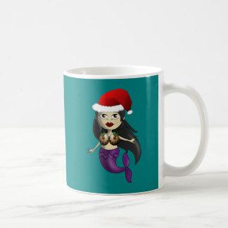 Meerjungfrau in der Weihnachtsmannmütze und im Kaffeetasse