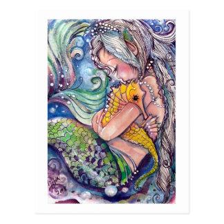 Meerjungfrau umarmt Postkarte