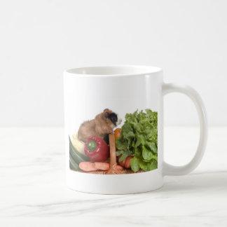 Meerschweinchen in einem Korb des Gemüses Kaffeetasse