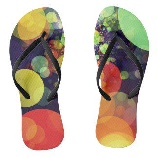 Mehrfarbiger Regenbogen-Kreis beleuchtet Muster Flip Flops