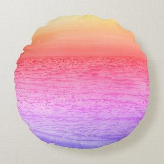 Mehrfarbiger Sonnenuntergang über Strand Rundes Kissen