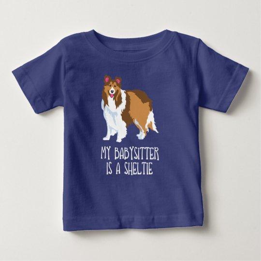 """""""Mein Babysitter ist ein Sheltie"""" Baby-Kleinkind-T Baby T-shirt"""