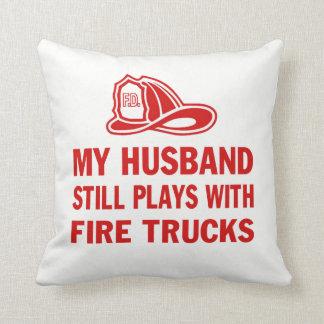 Mein Ehemann spielt noch mit Löschfahrzeugen Kissen