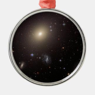 Mein Gott… Er ist von den Galaxien voll! Rundes Silberfarbenes Ornament